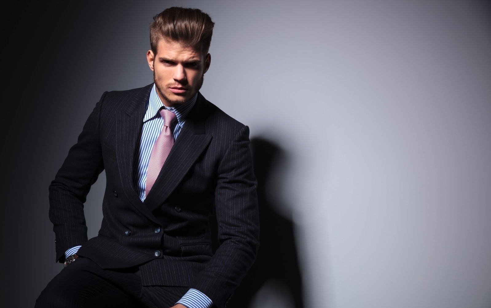 Serious-young-fashion-business-man-in-classic-suit